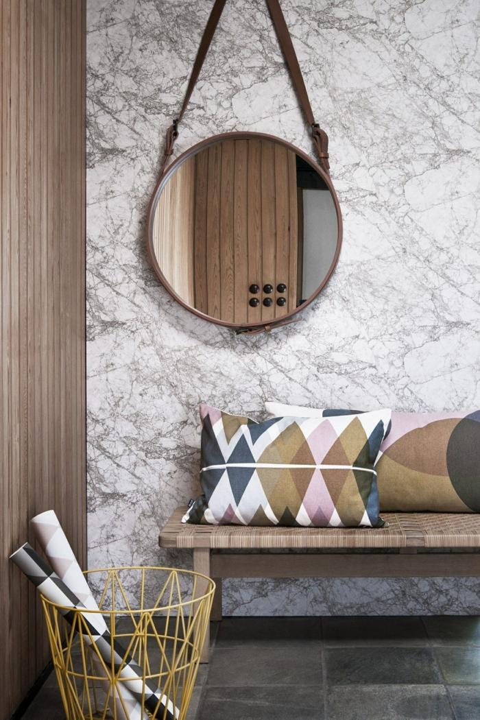interiores de encanto, ideas con recibidores ikea, banco de madera, espejo oval decorativo y papelera de diseño original