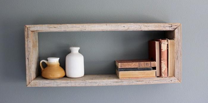 interior en estilo minimalista, paredes pintadas en gris y estantería flotante hecha de madera, ideas con cajas decoradas
