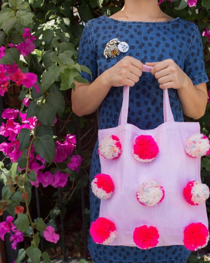 decoración hecha a mano bonita y original, como hacer pompones con lana, ideas originales y sencillas