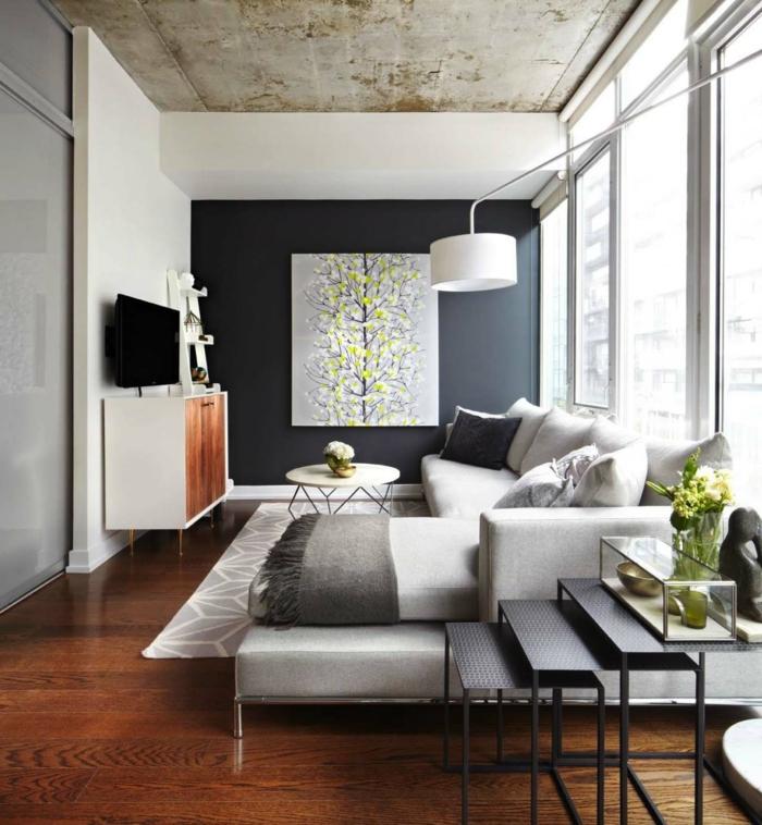salon moderno con grande sofa decorado en beige y paredes en blanco y negro, bonita pintura en la pared