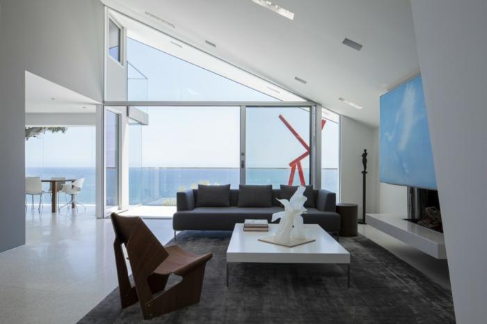 salon con techo inclinado y paredes en blanco, salones de diseño moderno con grandes ventanales y muebles modernos