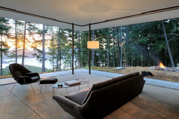 precioso interior con grandes ventanales y vista, sofá en color marrón tapizado de piel, suelo en beige