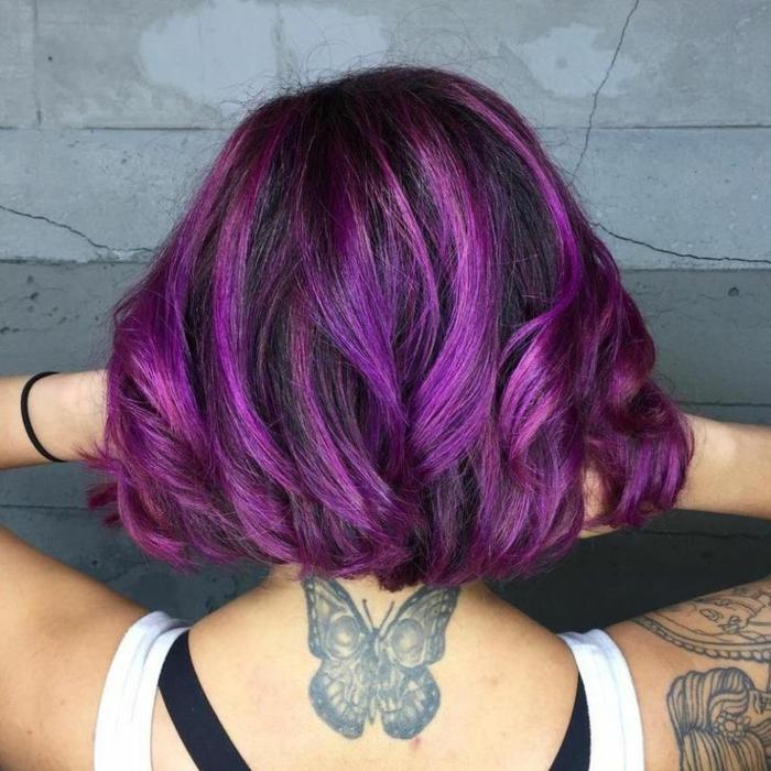 corte de pelo corto ligeramente ondulado, media melena en color negro con californianas en lila