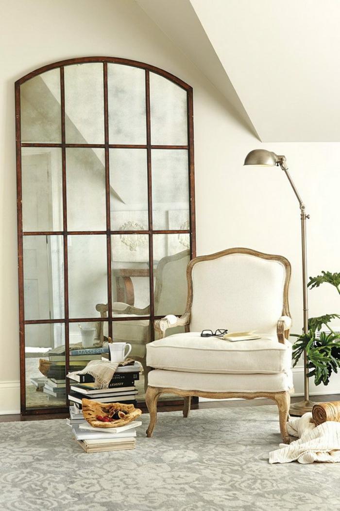 ejemplos de espejos grandes de pared, grande espejo con marco de madera apoyado en la pared, rincón de lectura de encanto