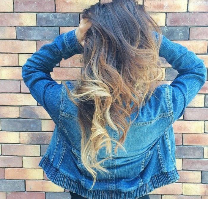 pelo largo de encantto en color castaño oscuro con mechas rubias, tendencias en el balayage 2018