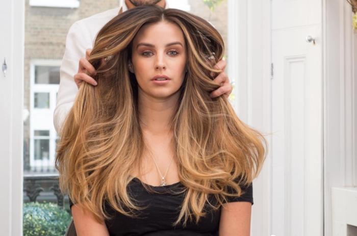 preciosa melena larga en color avellana con mechas rubias, cabello grueso cortado en línea recta