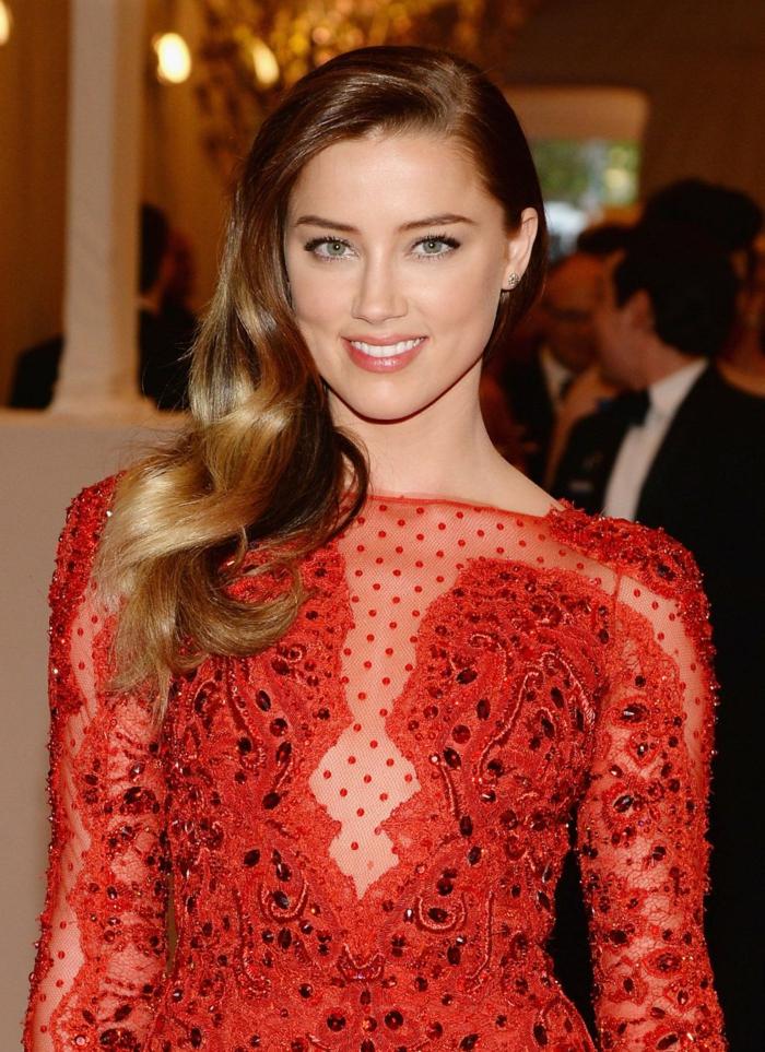 últimas tendencias en los peinados 2018, mechas rubias en pelo color castaño cobrizo, precioso vestido en rojo con escote ilusión