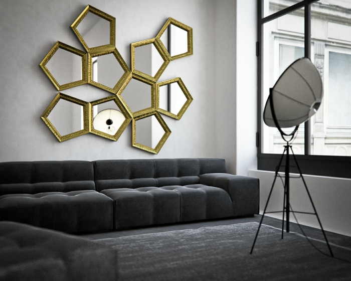 ideas espejos salon, espejo de diseño espectacular con marco dorado, salón en gris con sofá moderna