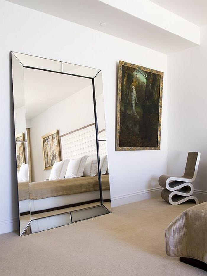 propuestas de espejos salón, salón en estilo moderno con poca decoración, pintura grande en la pared