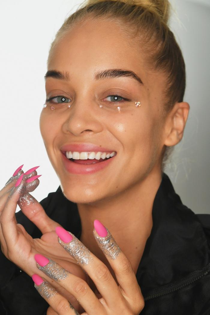 últimas tendencias en decoracion de uñas para la temporada primavera verano 2018, uñas largas pintadas en cyclamen mate