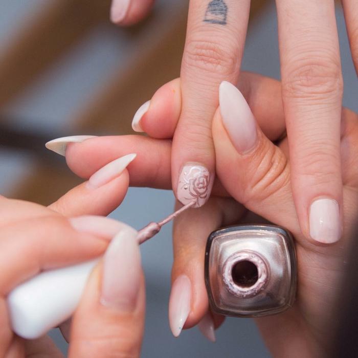 dibujos en uñas preciosos, uñas cortas con decoracion delicada, tendencias para primavera verano 2018