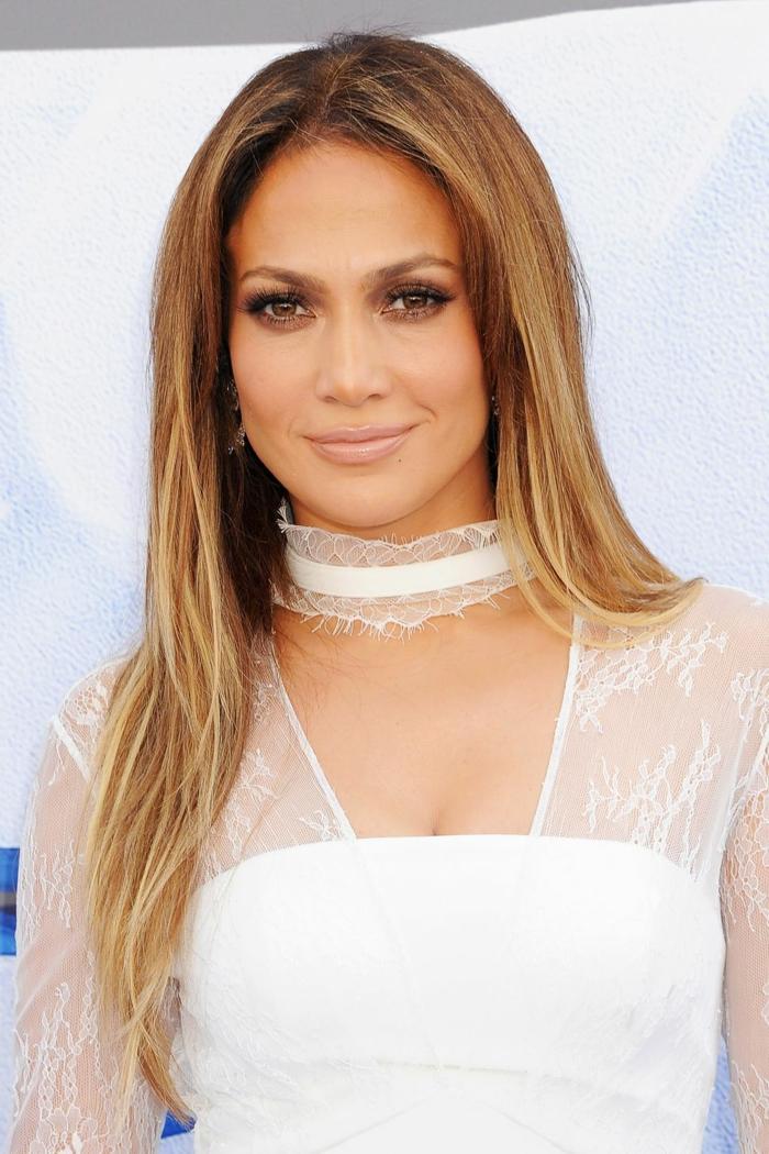 como añadir volumen y frescura a tu pelo largo, Jennifer Lopez con mechas balayage, cabello largo alisado con mechas rubias