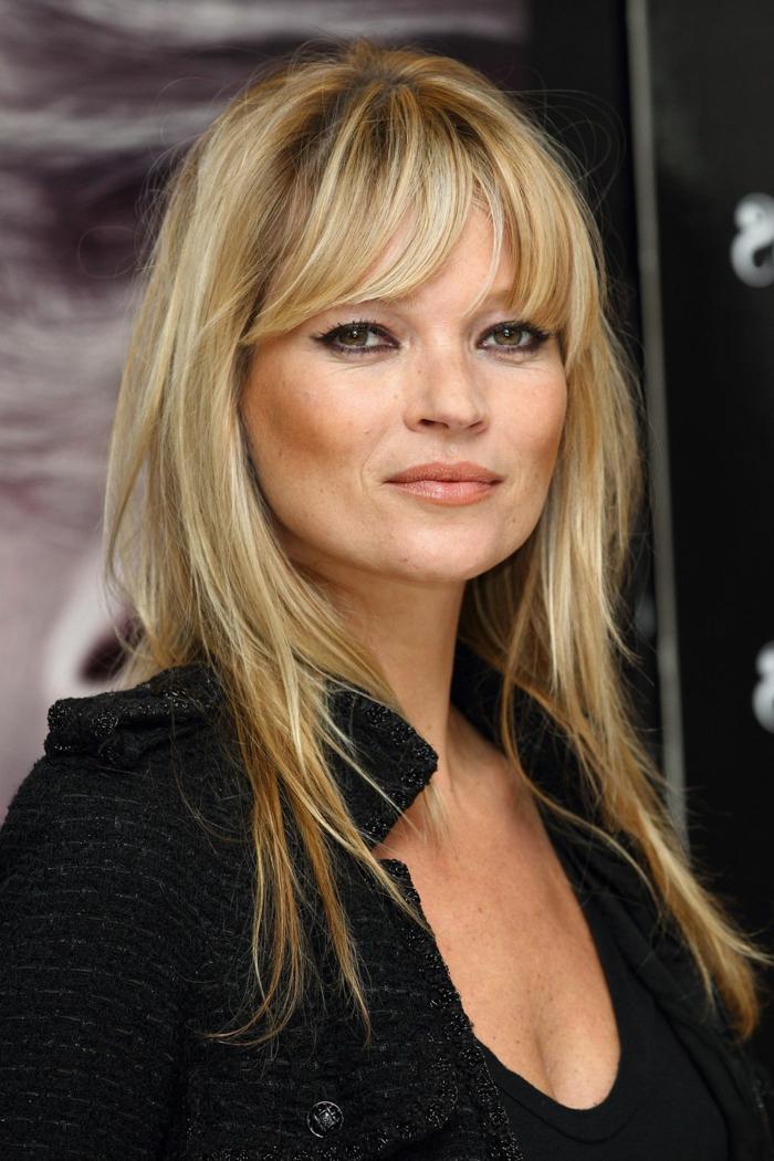 corte a capas para pelo largo, modelo Kate Moss con cerquillo moderno despuntado de cortina, tipos de flequillos, cara forma corazon
