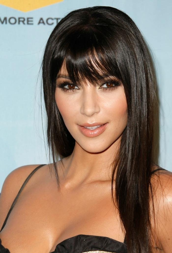 ideas de peinados de pelo largo, flequillo abierto, Kim Kardashian, cabello largo lacio, peinado cerquillo desfilado