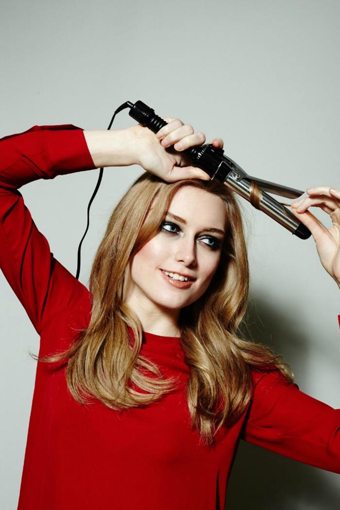 técnicas fáciles sobre como hacer ondas con la plancha, mujer con pelo largo y rizos rotos, cabello color rubio oscuro