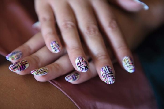 ejemplo de los diseños de uñas que estarán en tendencia en 2018, uñas largas forma almendra con decoración colorida