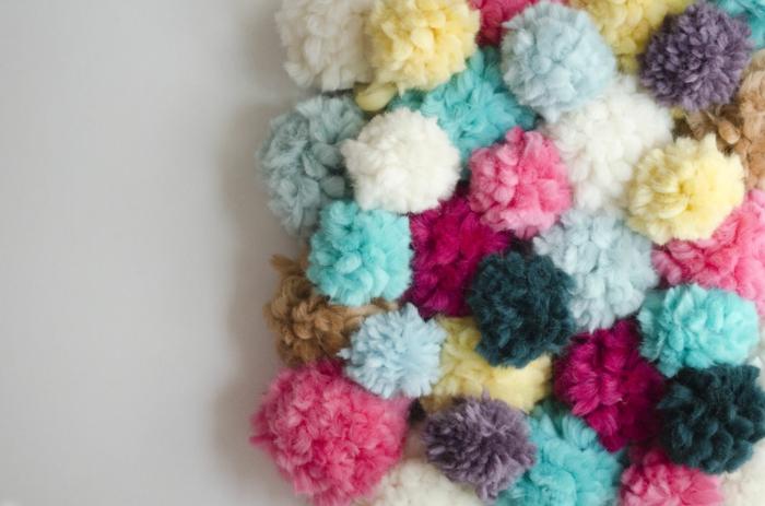 estera decorada de pompones, como hacer pompones de lana en diferentes colores, alfombra casera de encanto