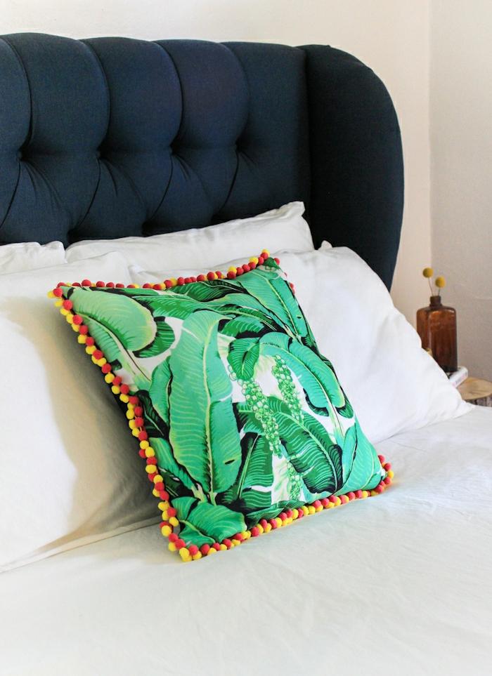 manualidades para decorar la casa, como hacer pompones con lana para decorar un cojín en colores