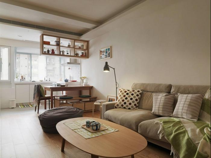 espacio con toque hogareño decorado en beige con muebles de madera, paredes en beige y techo alto, salon comedor con pequeña cocina