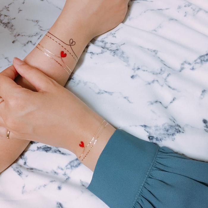 diseño de tatuaje temporal para amigas, tatuaje tipo pulsera en la muñeca, dorado y rojo, corazones, tatuajes de nombres en la muñeca