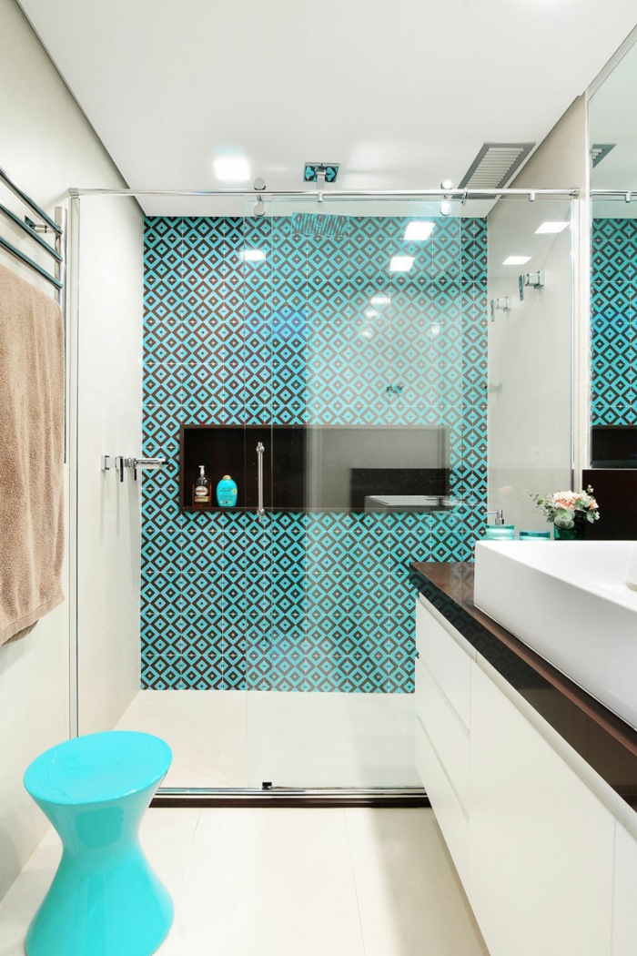baño pequeño en estilo contemporaneo con pared de acento, espacio estrecho y largo, ducha de obra, mampara de vidrio, ideas baños pequeños
