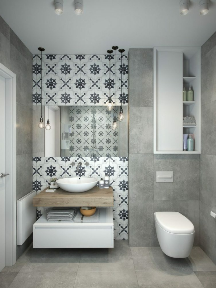 baño con pared de acento con azulejos, bombillas colgantes paralelas, decoracion en gris y blanco, baños modernos
