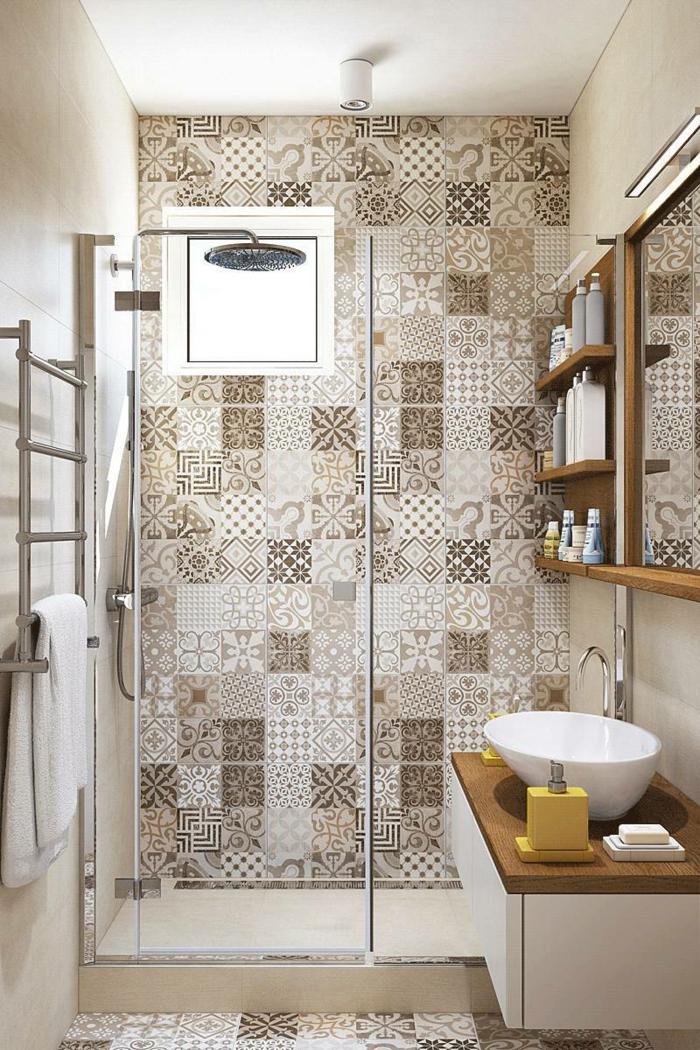 baños modernos, baño con ducha en beige y marrón, paredes con azulejos, ventana cuadrada pequeña, mueble lavabo con encimera de madera, ducha de obra con puerta de vidrio