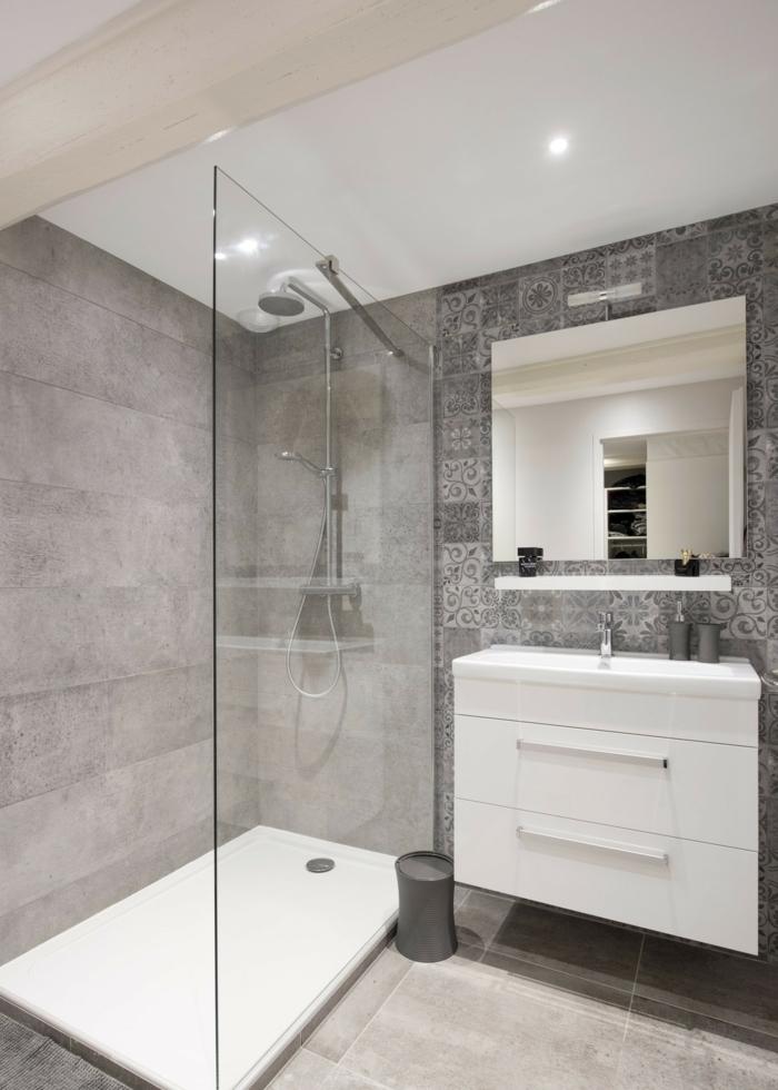 cuartos de baño pequeños, decoración eb blanco y gris ducha con plato, mampara de vidrio, meitad de pared con azulejos, mueble lavabo laminado con cajones