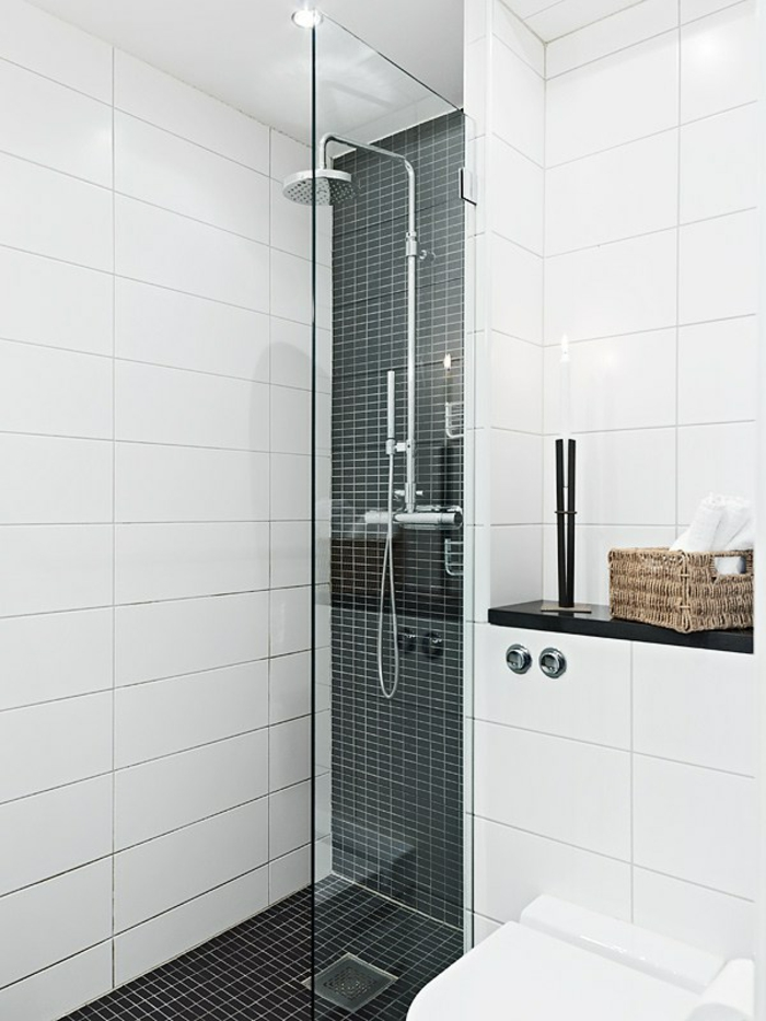 cuartos de baño, baño pequeño con ducha de obra, decoracion blanco y negro, mampara de vidrio, luces empotradas en el techo