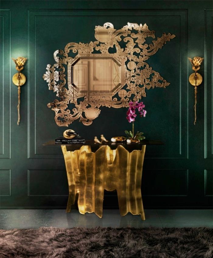 cuarto de baño en estilo vintage, espejos para baños de diseño muy atractivo, detalles dorados y paredes en verde oscuro