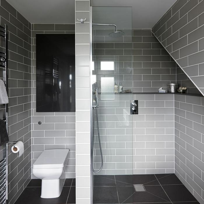 baldosas gris con líneas blancas, ducha de obra con efecto de lluvia, mámpara de vidrio, baños pequeños modernos