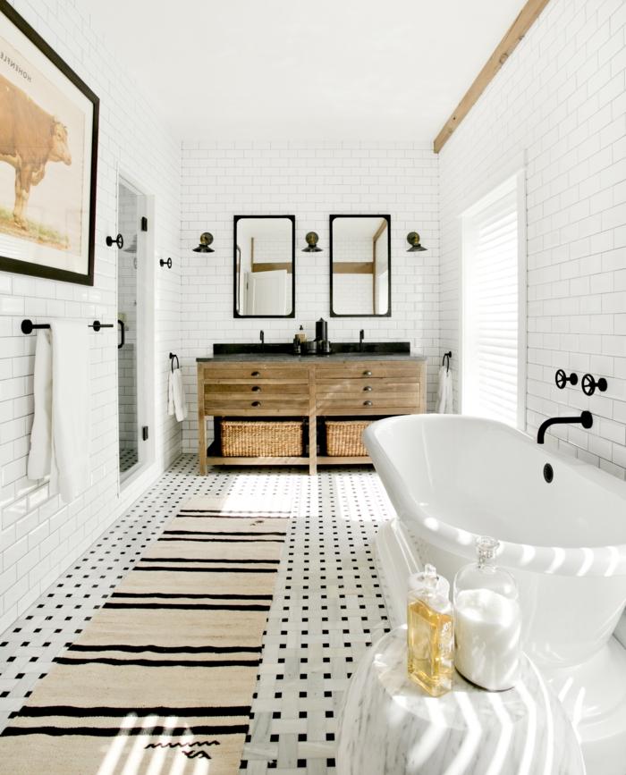 baño grande alargado decorado en blanco y negro, espejos para baños pequeños en forma rectangular, bañera moderna