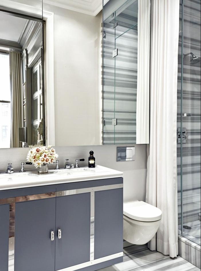 ducha de obra con puerta de vidrio y cortina, lavabo con encimera de marmol y mueble grande, flores, decoracion baños pequeños,