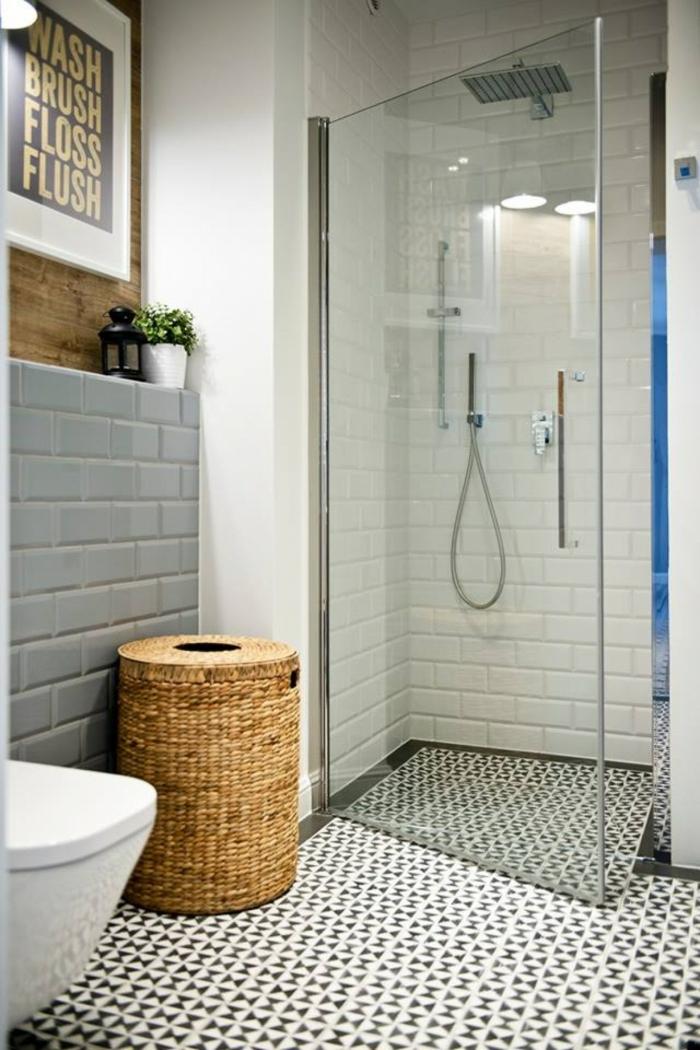 baño con ducha de obra, ladrillo visto esmaltado pintado, poster con frase, canasta tejida, ducha con efecto ducha y puerta de vidrio