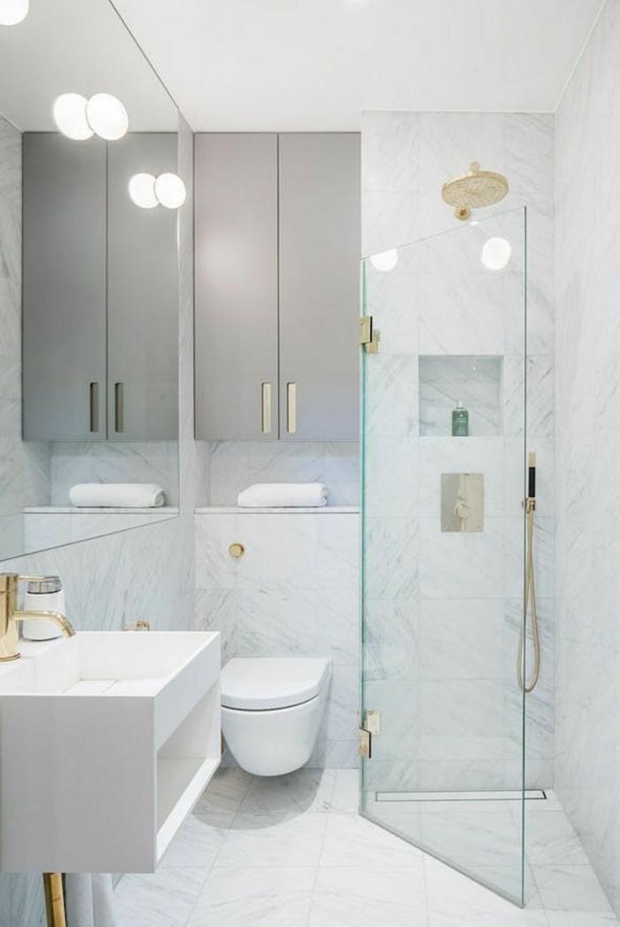 baño pequeño con mampara de ducha plegable, decoracion en blanco con marmol, decoracion baños pequeños, espejo grande, lavabo rectangular