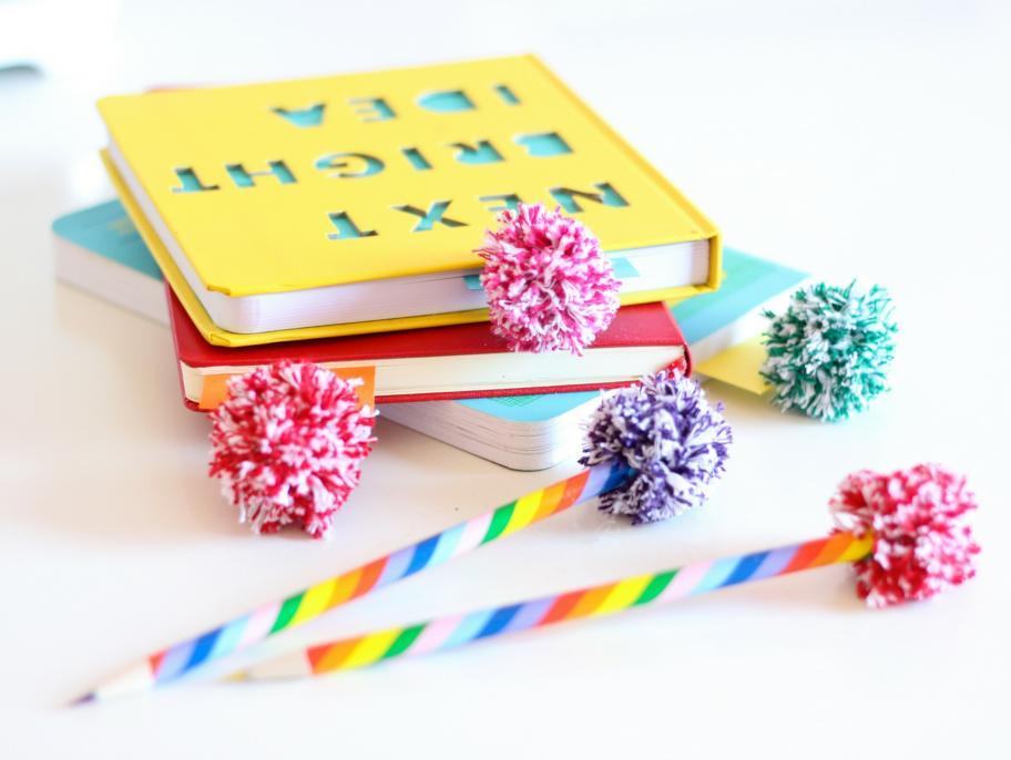 ideas-originales-como-hacer-pompones-pequeños-proyectos-artesanales-para-niños-y-adultos-separadores-de-libros-con-pompones