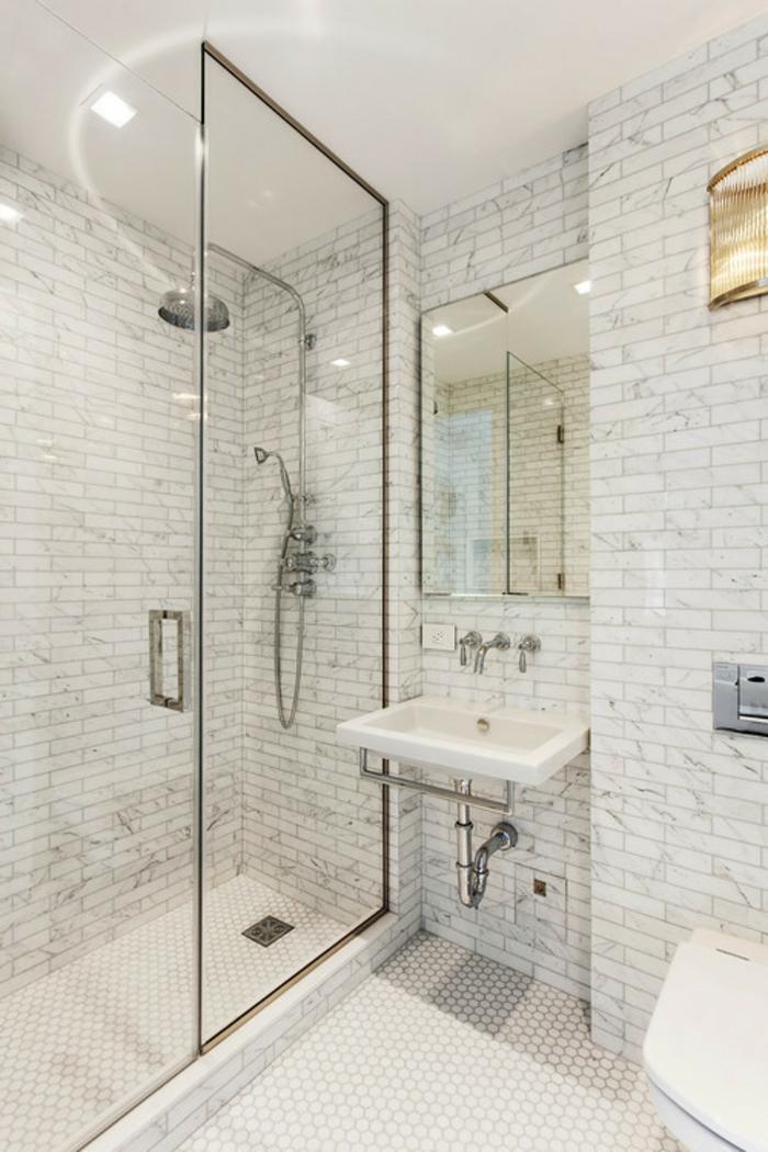 baños pequeños modernos, decoración estilo spa, espejo grande, ducha de obra con mampara alta de vidrio, lavabo sin mueble, espejo grande, baldosas rectangulares