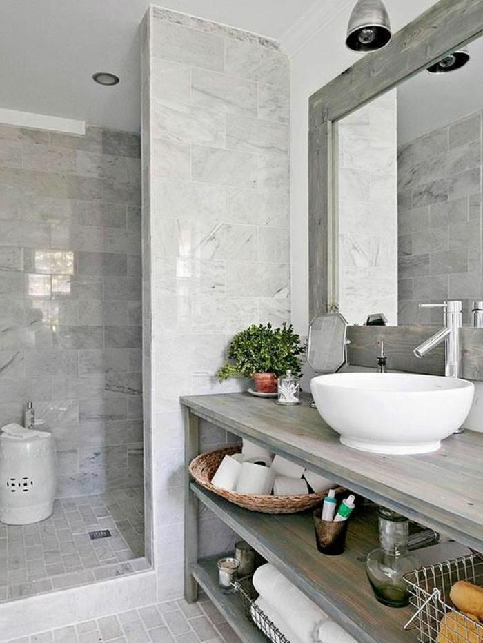 baño pequeño con un toque rustico, mueble baño de madera grandes con estantes, espejo grande, cuartos de baño