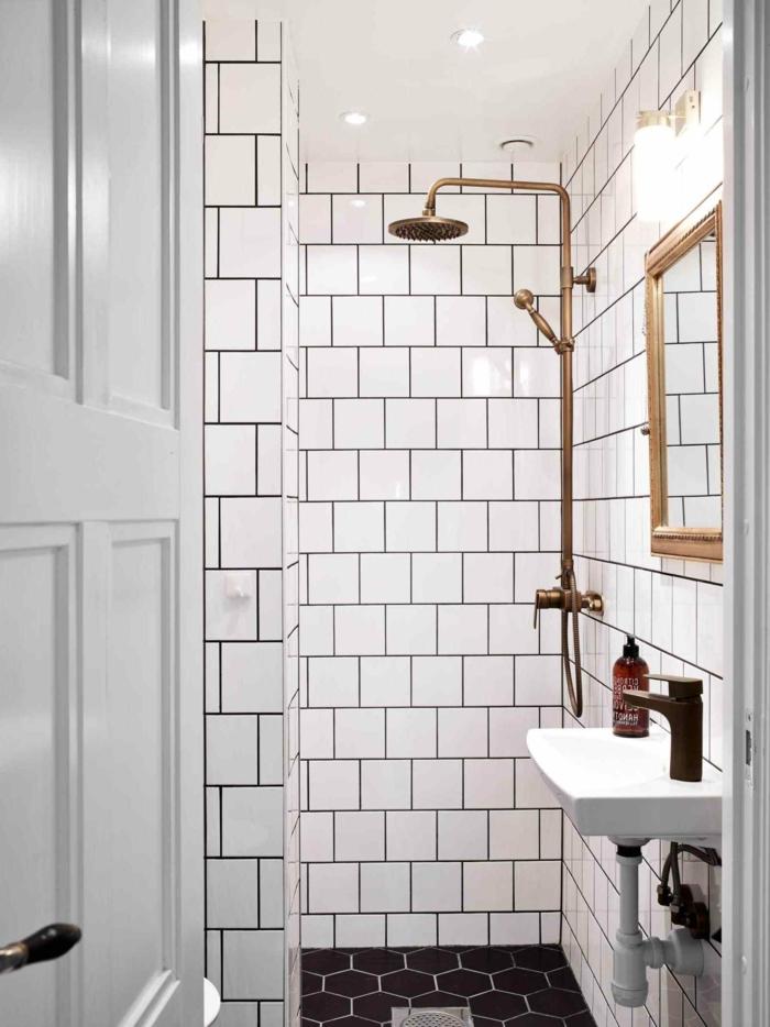 duchas de obra, idea de decoracion para baño muy pequeño, ducha y marco de espejo cobrizos, espejo rectangular, mini lavabo, azulejos en blanco y negro
