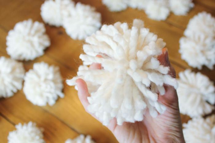 como hacer pompones pequeños y grandes, tutorial paso a paso, bolas de lana blanca para decorar la casa en Navidad