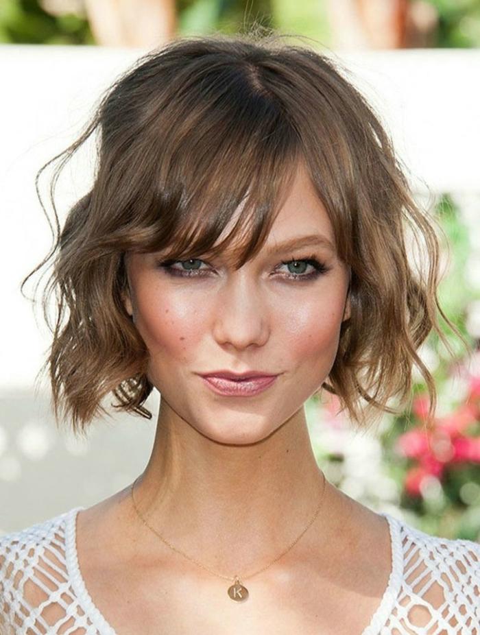 flequillo largo despuntado ladeado, modelo Karlie Kloss, pelo corto ondulado, cabello castaño claro, cortes con flequillo