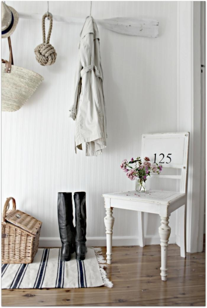 muebles entrada con efecto envejecido, recibidor decorado en blanco con objetos decorativos de mimbre