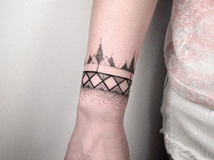 tatuajes originales, ttattuaje en la muñeca tipo brazalete estilo geométrico, líneas y figuras geométricas en negro, diseño para mujeres