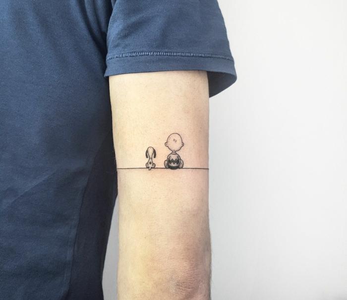 tatuaje inspirado en Peanuts la pelicula, personajes sentados en linea brazalete, brazo de hombre, tatuajes chicos