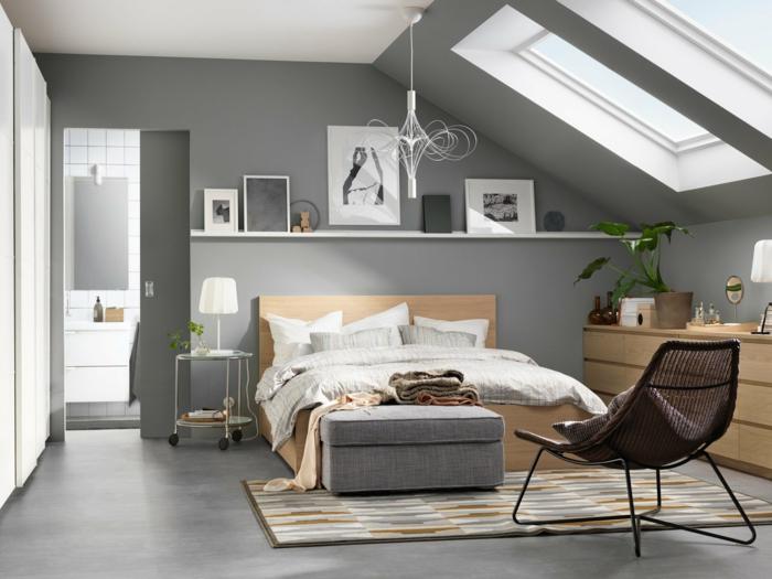 dormitorio con techo inclinado, luz natural, paredes grises, techo blanco, suelo laminado, cama doble, tapete y silla
