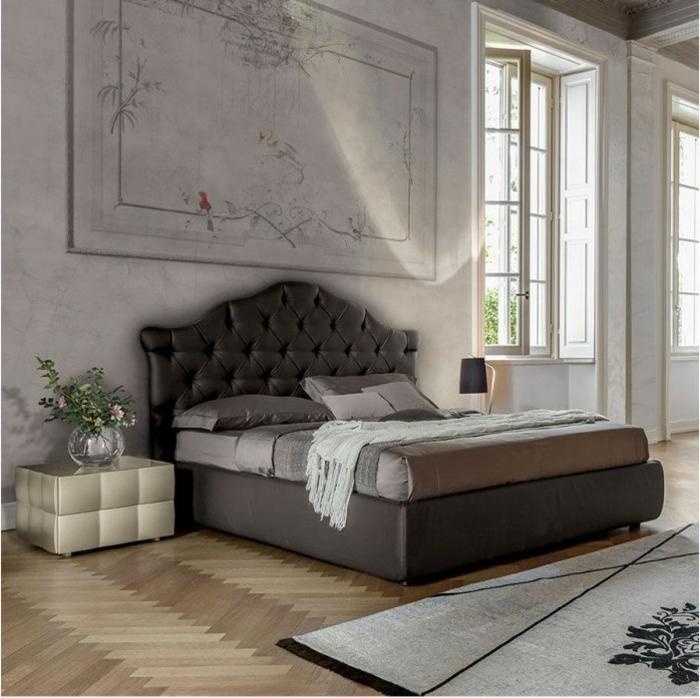 colores para habitaciones, decoracion lujosa, dormitorio vintage, techos altos, grandes ventanas, parquet con alfombra, tonos de gris, cama doble, cabecero tapizado