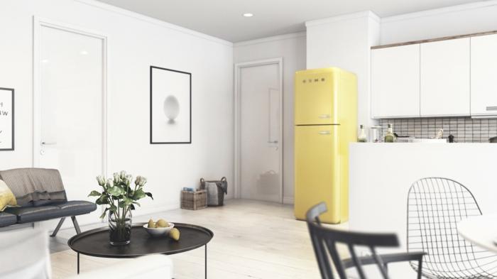 cocina abierta, salon comedor, decoracion en blanco, neveral amarilla, mesita baja redonda de metal con flores, silla con huecos, estilo nórdico