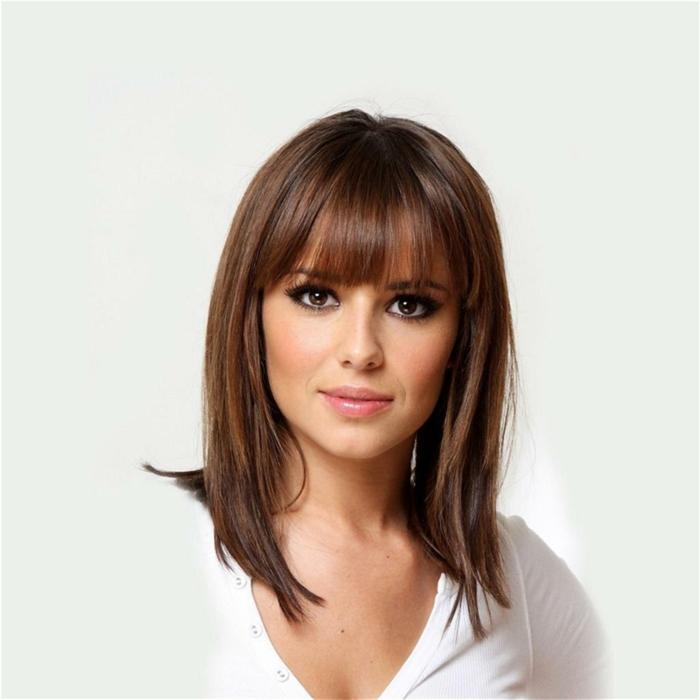 cantante Cheryl Cole con media melena, flequillo desfilado, cabello liso a capas, pelo corto con flequillo