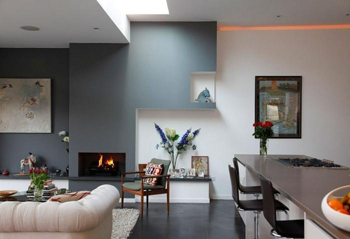 paredes en dos colores, gris y blanco, cocina abierta al salon, chimenea encendida, habitacion fgris y blanca, suelo con baldosas, barra con sillas altas