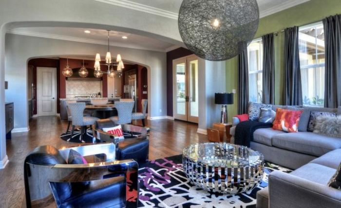 piso moderno con toque de estilo disco, cocinas abiertas al comedor y al salón, sillones modernos con superficie brillante